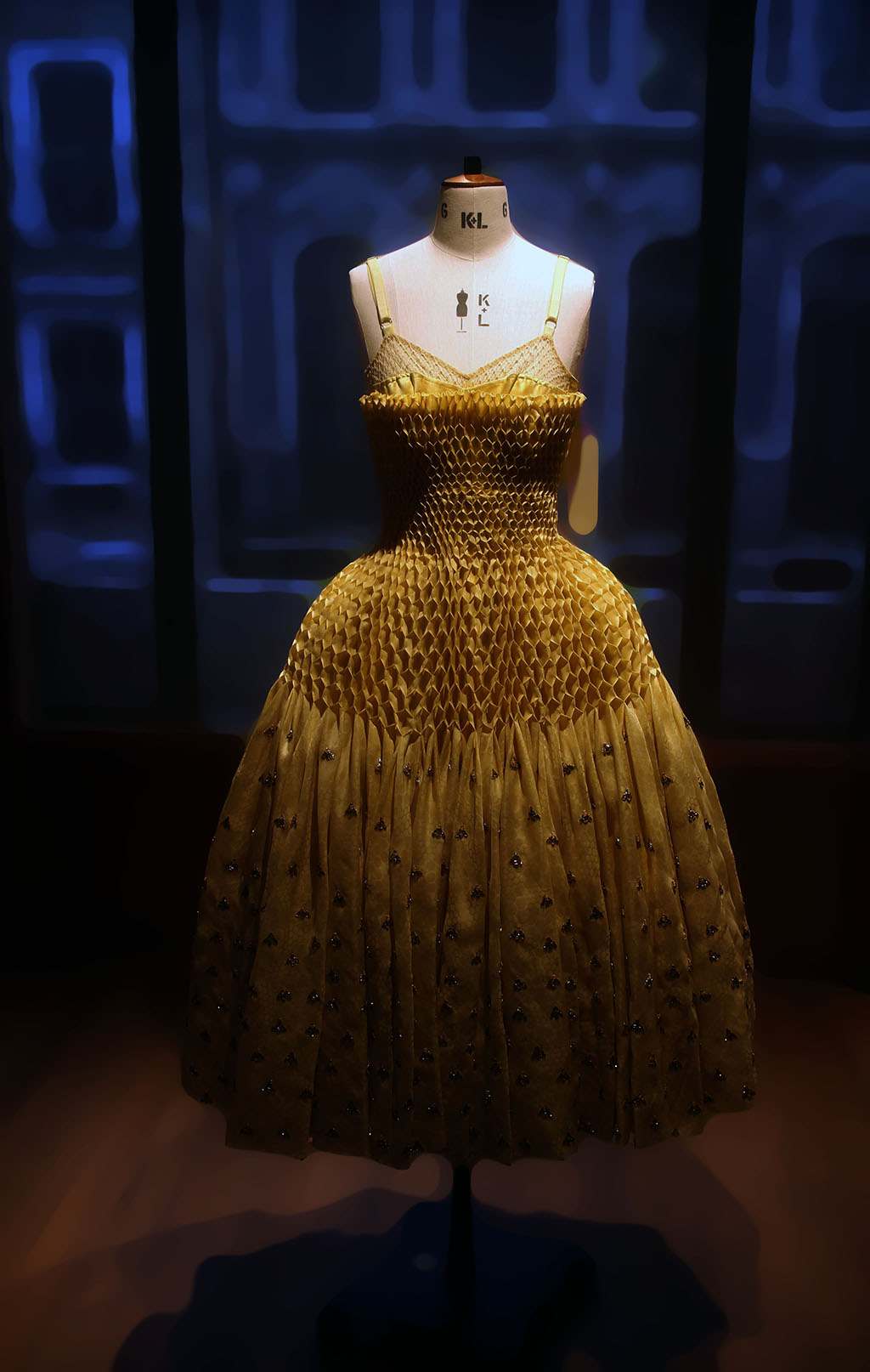 A look back at the extraordinary Alexander McQueen ..amazing..❤️